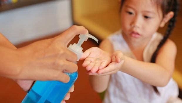 武漢肺炎》酒精乾洗手、消毒噴霧,效果一樣嗎?怎麼用!兒科女醫提醒:用錯恐會傷害皮膚