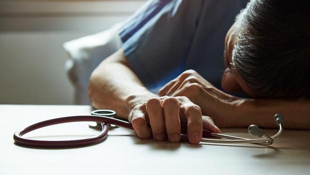 武漢肺炎》疫情面前,醫護人員最憂心的不是病毒,而是健保卡查不出的「人性弱點」