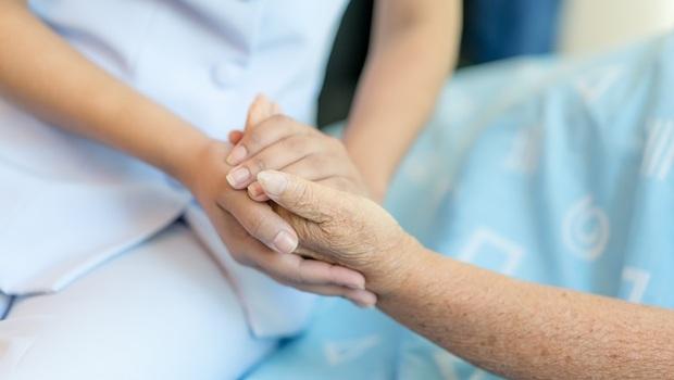 婆婆生病求醫師「一定要救我!」、老公癌末說「我不要再吃藥」...一位醫院志工感慨:你可以決定「生命最後一哩路」
