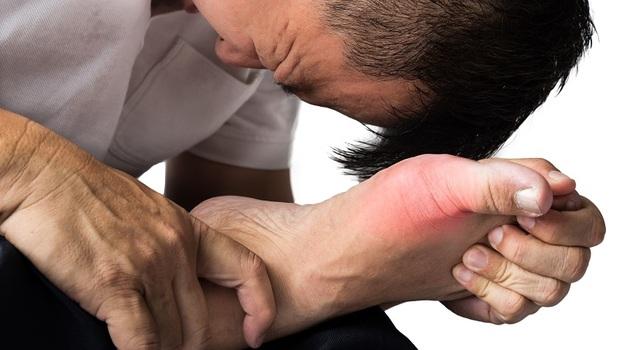 從舌苔顏色看出你是哪種「痛風」!中醫師:改善關鍵其實藏在「大拇指」