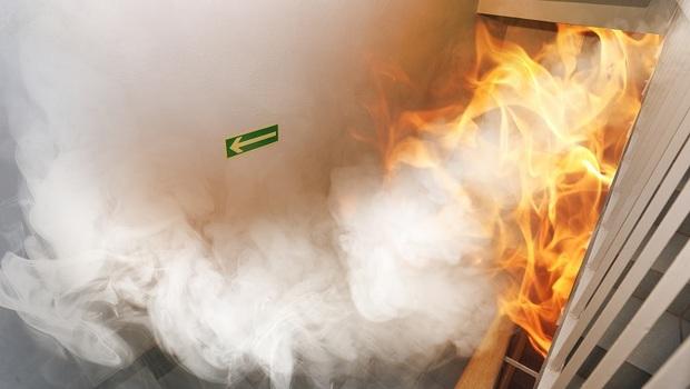 火災發生時「小火快逃,濃煙關門」!專業消防員教你:再做這件事,才能正確逃生