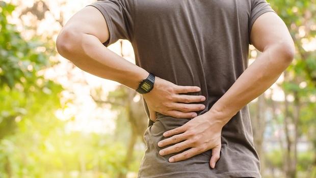 背痛治不好?加上「這些腸胃問題」,小心骨頭已經長腫瘤!醫師提醒:這3個常見症狀別輕忽