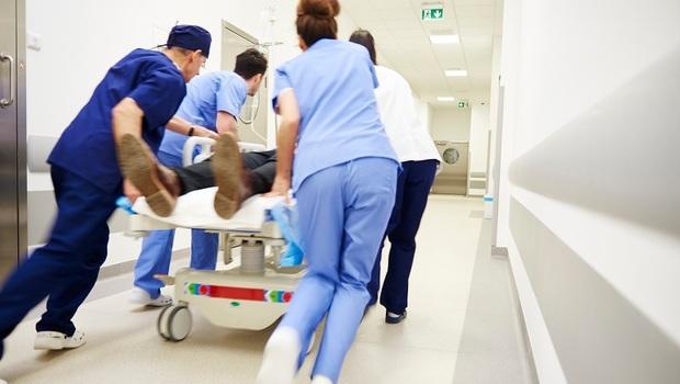 「醒來發現自己動彈不得,你會希望醫生沒有救你嗎?」病患頸椎斷裂、多處骨折...急診室裡,一位醫師面臨的人性難題