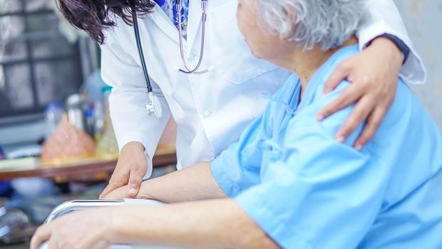 一位護理師要顧25位病人、被病患當看護...台灣護理師是如何從神聖變成「沒尊嚴」的職業?