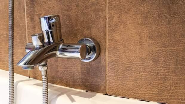 夏天潮溼,浴室長黴菌,「貼保鮮膜」、「用牙刷清」,哪一個有效?日本清潔專家的3招聰明打掃法