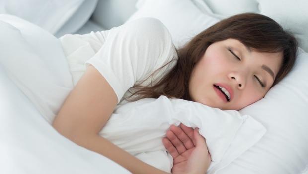 打鼾、白天頭痛嗜睡,小心糖尿病、高血壓風險升高!腦科名醫鄭淳予的好眠3招,「這樣躺」改善睡眠品質