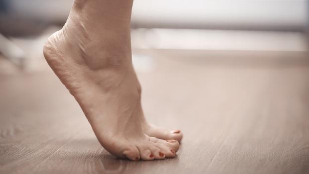 有圖解》「踮腳尖」竟能剷內臟脂肪!日專家教你2招,改善大腿腰圍、O型腿
