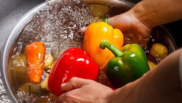 清洗蔬菜,到底該用鹽、醋還是小蘇打?不想把農藥吃下肚,「洗菜9大迷思」一次解惑