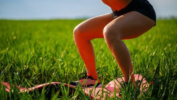 有圖解》蹲下時,你腳尖朝內還是朝外?蹲錯「這姿勢」恐讓你膝蓋痛!專家教你「6動作」在家就可改善