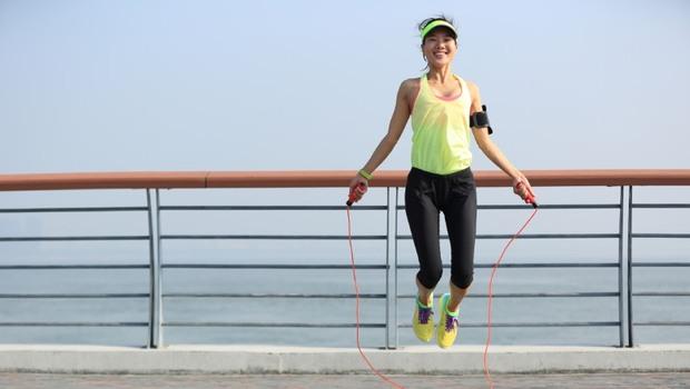 跳繩消耗熱量不輸慢跑!掌握「跳繩減肥」3原則,一天30分鐘強化肌力、肌耐力