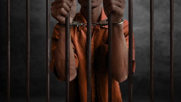 從黑道老大、政府高官、富商...都由他看診!你想像不到的「監獄醫療實錄」:他們全躲不過「這些病」