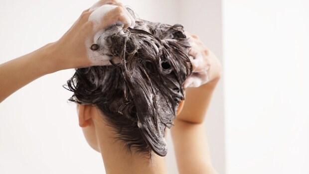 產後不能洗澡、洗頭,否則頭痛一輩子?錯!中醫師告訴你:洗完澡用「吹風機」吹3穴位,防止產後頭痛、肩頸痠痛
