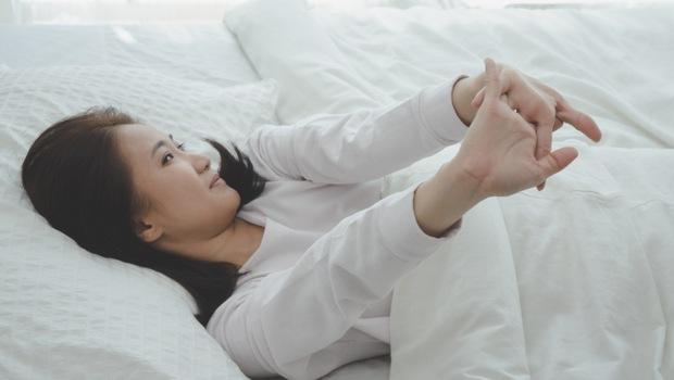 12點入睡,●點起床對大腦最好!睡眠專家教你:靠3個「90法則」降低中風、失智風險