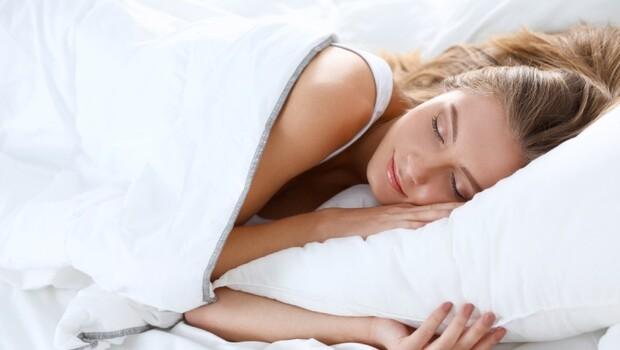 有影片》骨科醫師教你做,日本最夯「熟睡枕」!改善肩頸痛、失眠,睡出一夜好眠