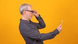 「鈔票檢查法」5秒測老花!想改善老花和近視,快試試「眼睛回春術」一天只要5分鐘,日本眼科醫師教你這樣做