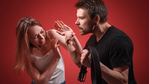 健身網紅夫妻,看似恩愛,卻天天在家上演全武行!兒子的一席話讓她突然領悟:不要奢望對方改變,但也不需犧牲自己