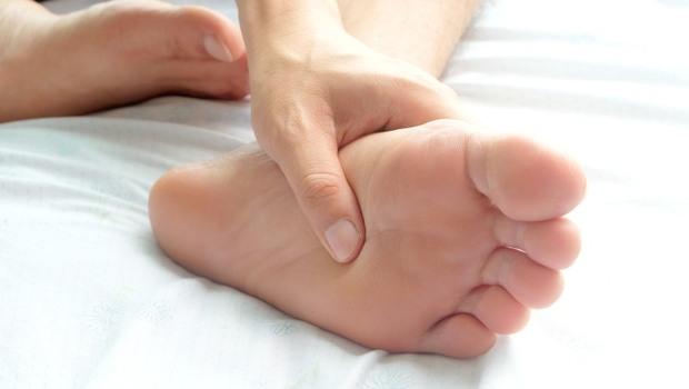 腳痛,竟可靠「花香味」來緩解?芳療師私藏「解痛攻略」:用這5種精油,緩解足底筋膜炎
