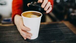 手搖飲新規定上路》明明沒加糖,為什麼「拿鐵」卻顯示有16公克的糖?營養師解析「超商咖啡」你不知道的祕密