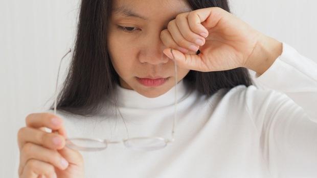 眼睛糊糊,不是老花、白內障...是你的「黃斑部」被蓋上棉被了!眼科醫師:要預防,這4招你一定要知道