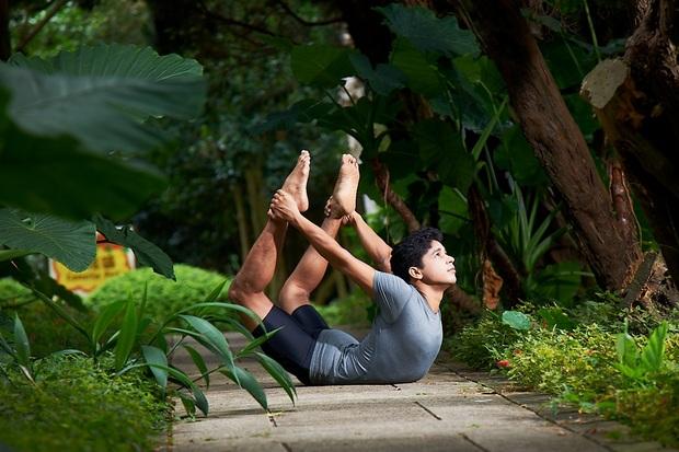 「後彎」就能甩掉內臟脂肪!印度瑜珈冠軍:每天3分鐘瘦小腹,還能解背痛、疲勞,便秘也消失了
