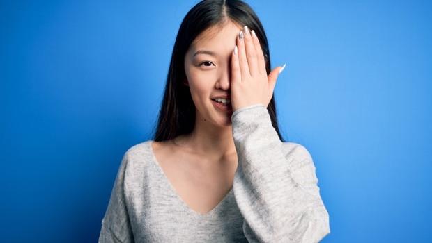 你「睜一隻眼閉一隻眼」,如果有「這些狀況」...就可能是黃斑部裂孔!眼科醫師教你:自我檢測,預防失明
