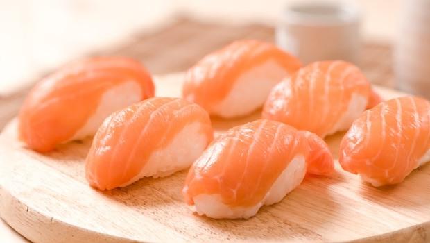 「鮭魚」富含DHA、EPA,吃越多越好嗎?食農專家:只要O貫鮭魚壽司就夠了!