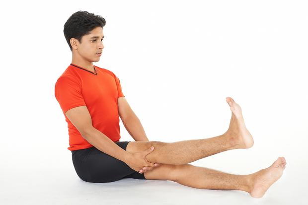 「坐著」就能改善膝蓋痛!印度瑜珈冠軍的「關節保養術」:4招鍛鍊「這部位」,膝蓋就不會痛了