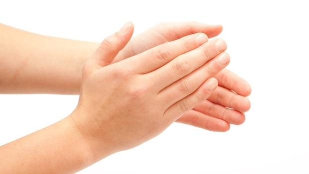 你以為駝背沒什麼?連五臟六腑都會受傷!韓國教練獨創:靠「拍手3步驟」竟能解疼痛、防肺病