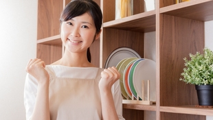 客廳、廚房、浴室...日本美體大師的「三十秒塑身操」,有這「4招」到哪都可以維持健康體態