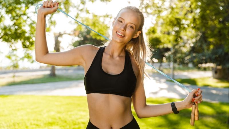 「跳繩」只拿來跳,就太可惜了!學會「這5招」手臂、肩膀、全身伸展通通一起練