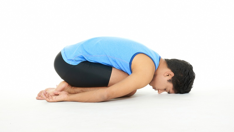 睡前「跪著3分鐘」幫你助眠、減壓力!印度瑜珈冠軍的「解憂瑜珈」:還紓解身體僵硬