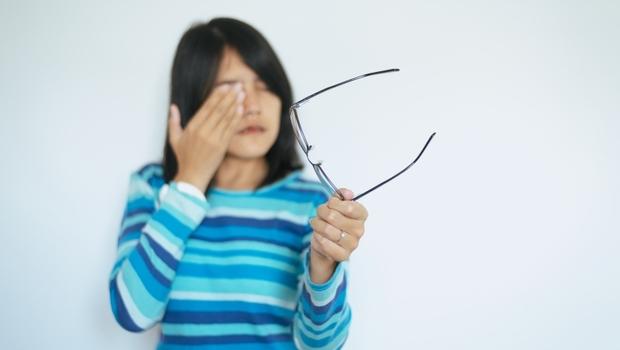眼鏡加度數還是好模糊...眼科醫師警告:這不只是近視變嚴重,有2徵兆趕快就醫