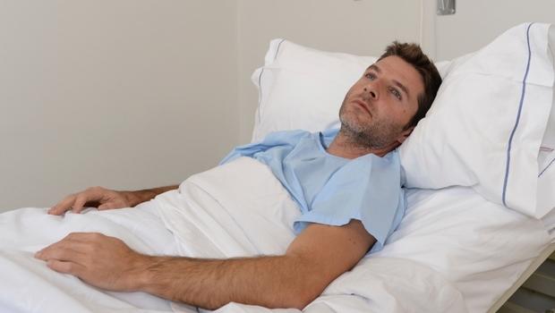 35歲中風,跡象竟然藏在「嘴角」!年輕型腦中風越來越多,3大警訊快檢查