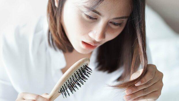 女性到了中年,頭髮掉不停?中醫師揭:按「頭頂這一點」防落髮