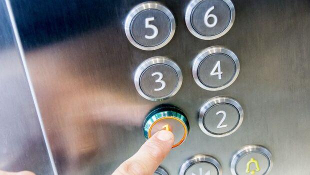 武漢肺炎》科學防疫出新招!科技部:在門把與電梯按鈕上貼「銅箔」