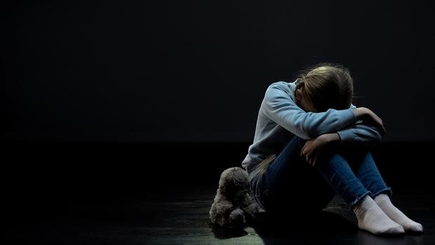 孩子哭了不用抱、抱久了寵壞孩子?從一則殘忍的兇殺案說起