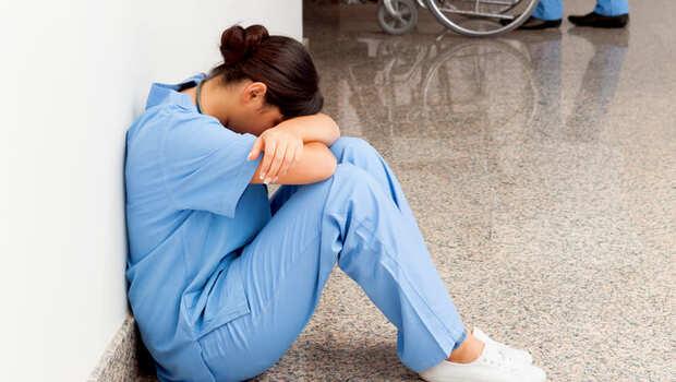 道德感讓醫護做到死!「禁出國」是最後一根稻草...護理師:不要跟我們談同理心,我們只是一般人