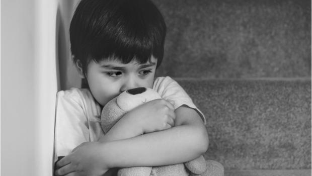 「阿嬤你又忘記我了...」孩子為什麼總是哭著上學?《情緒勒索》周慕姿:害怕被拋棄的我,一直在面對人生的「坎」