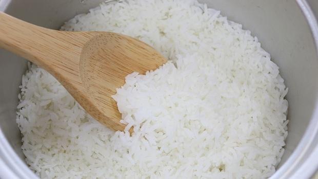白飯只是有點黏黏的...吃了竟有「中毒」危險!天氣熱更要小心,台大農化系教授:吃「這5類食物」該注意的事