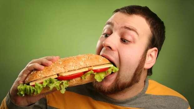 追劇配飯、手機不離身...5種邊緣人行為讓你的「飢餓素」增加!美學者證實:一個人吃飯真的容易胖