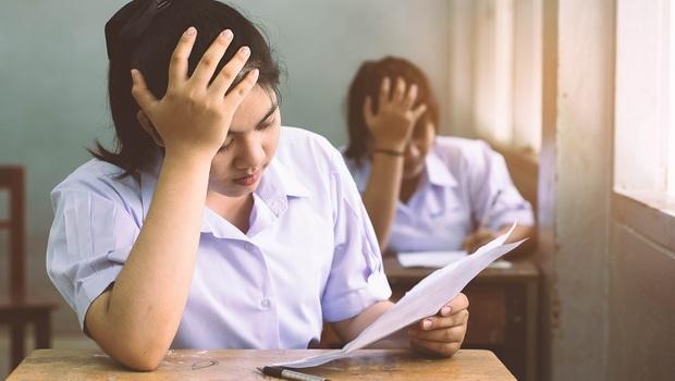發現學生寫小抄在手上,老師卻只是叫他去洗手...一位老師的省思:孩子犯錯,要這樣做才有用