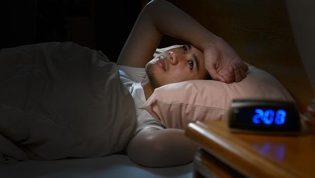 為什麼夏天更容易失眠?原來跟「吹冷氣」有關!中醫師傳授:改善「心火旺」的居家保養3法
