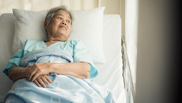 「醫師拜託你,不要跟他說可以出院了...」為什麼臨終的人,想回家這麼難?病房裡,一位阿嬤的最後願望