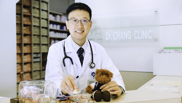 從感冒問到喝奶,甚至是阿嬤的血壓...天母名醫「糖果叔叔」張虔熙:兒科醫師治療的不只是小孩,而是一家子的疑難雜症