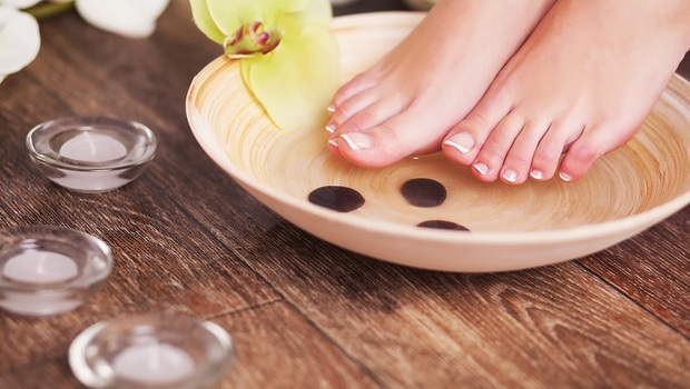 夏天竟是「泡腳」最好時機!去濕氣、防失眠...加入廚房「這4樣」食材,還能緩解婦科問題