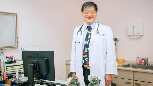從小捐血給重病領養妹妹,讓他決心走上兒科之路...劉明發化身「無尾熊醫師」拯救罕病童