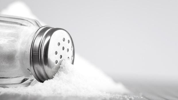 從腰痛、便祕到過敏...「吃太少鹽」反讓你疾病纏身!專家警告:「8種症狀」告訴你,再不吃鹽就來不及了