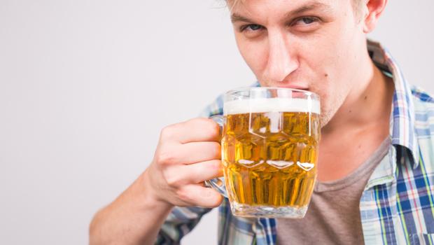 揭秘!酒量是天生還是後天練出來的?醫師曝驚人真相:其實全由身體「這件事」來決定