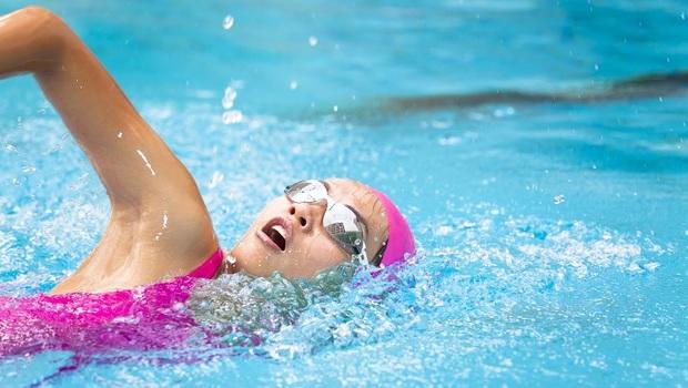 「頸椎病」原來靠「游泳」就可改善!醫師推薦「4種強肌運動」,還可一次練全身+核心肌群