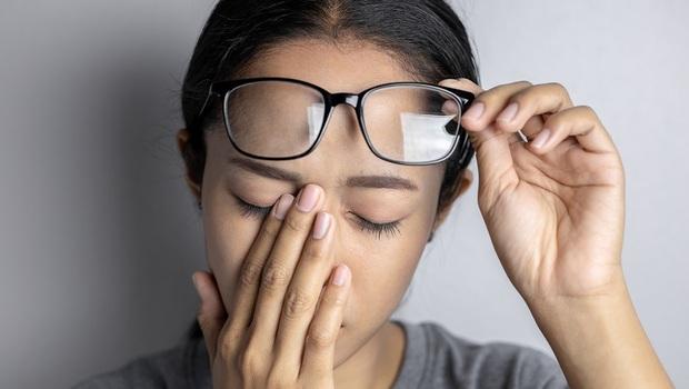 「乾眼症」為什麼滴人工淚液卻沒用?誤會大了!眼科醫師打破迷思:乾眼症大多缺的不是水,而是...